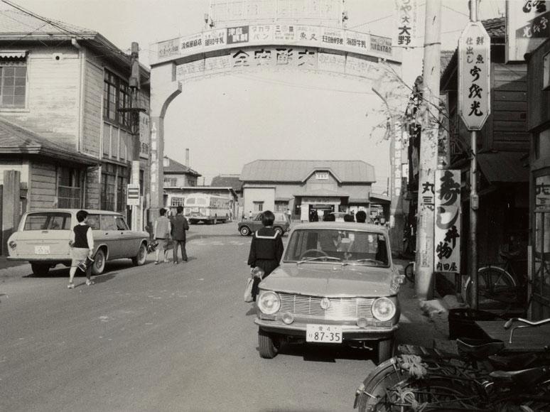駅前通りから見る津島駅舎