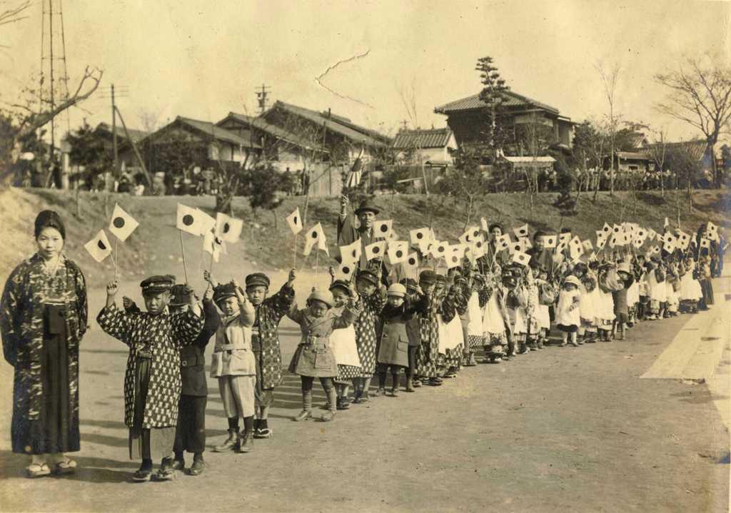 津島幼稚園の歴史写真 紀元節を祝っての旗行列