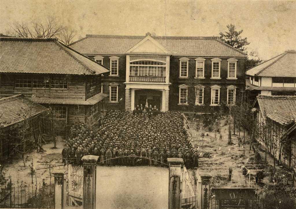 津島高等小学校の歴史写真 津島高等小学校 森字記念校舎前
