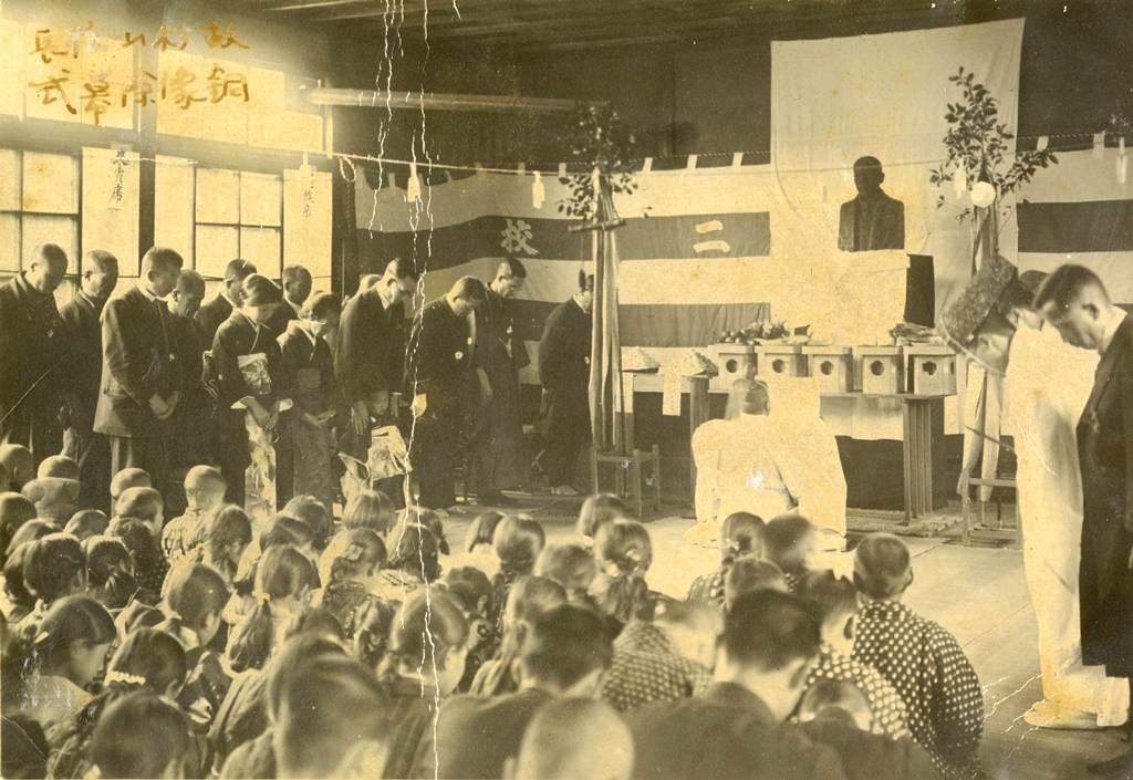 西小学校の歴史写真 故杉山代次郎校長の胸像除幕式