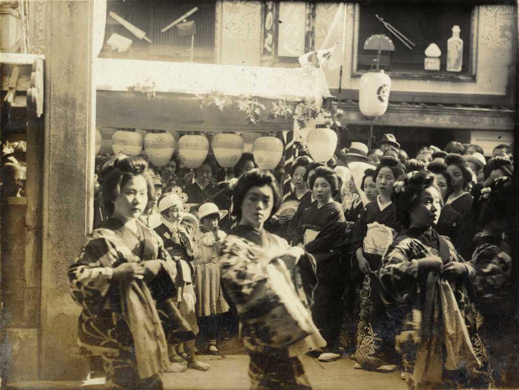 津島の芸者 御土持(おつちもち)行事を祝う花澤連の花車行列