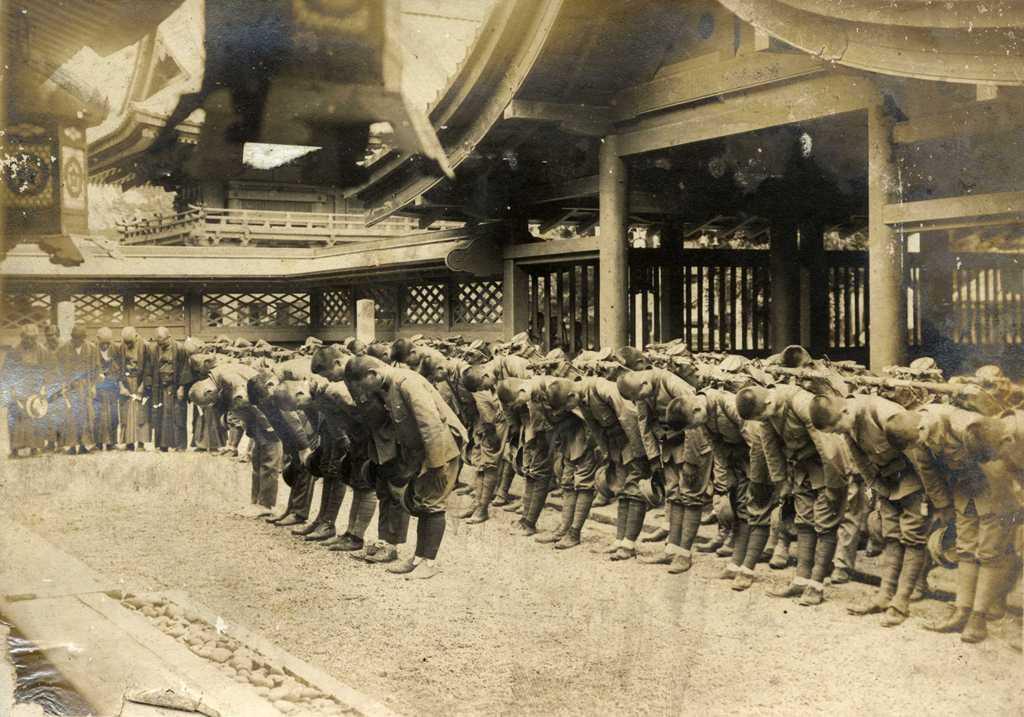 遷座祭の賑わい 津島神社正殿前 戦勝祈願