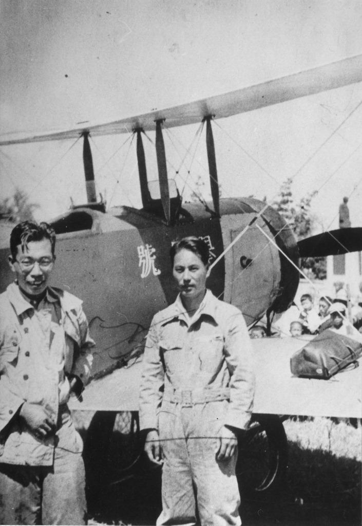 津島の航空ショー「挙母号」の記念撮影